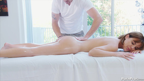 Masseur knows how to turn girl on and fuck on the table